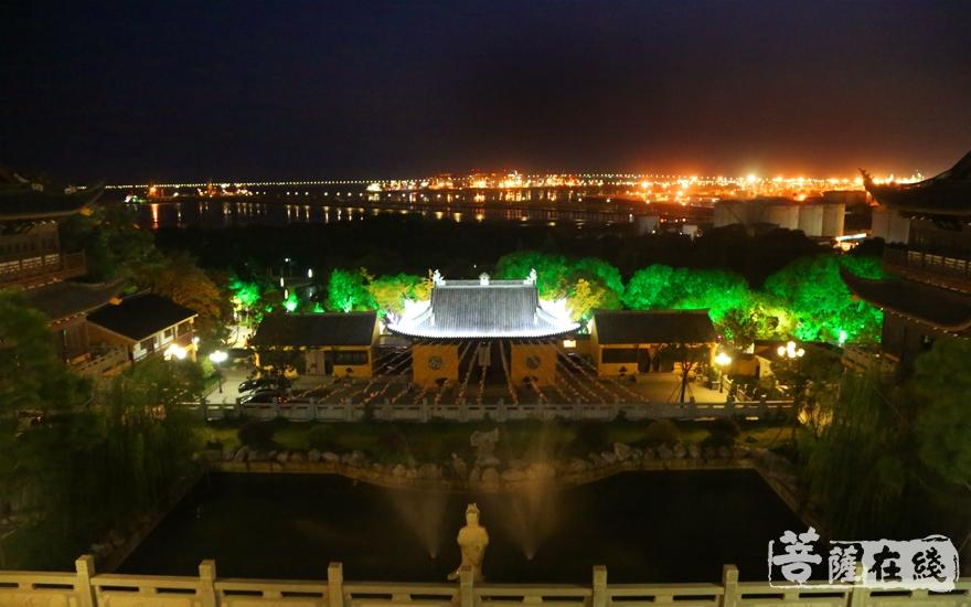 寺院夜景(图片来源:菩萨在线 摄影:妙雪)