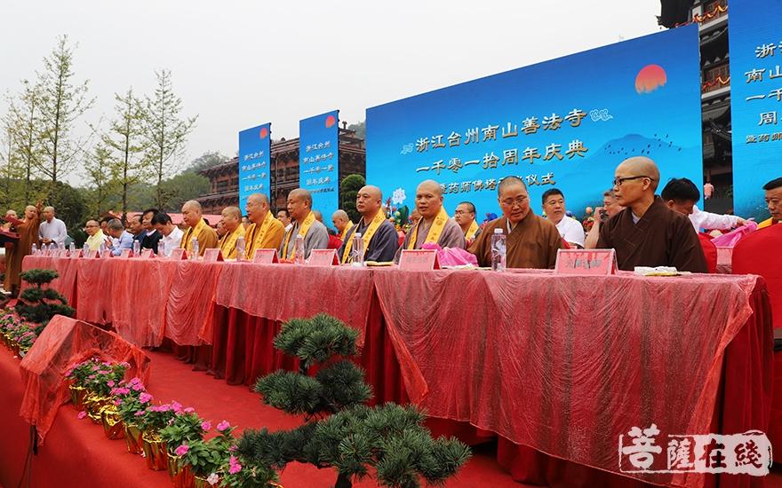 出席活动的领导嘉宾、大德法师(图片来源:菩萨在线 摄影:妙静)