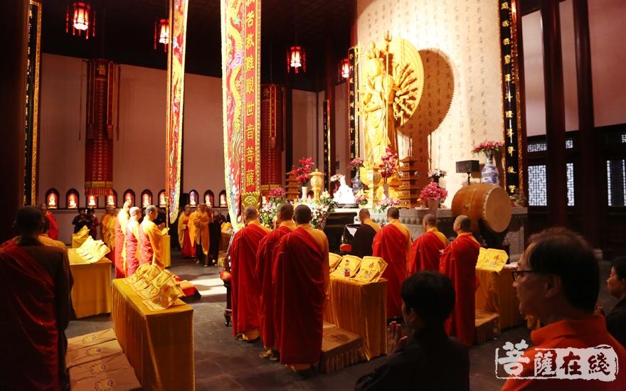 回向仪式(图片来源:菩萨在线 摄影:妙雪)