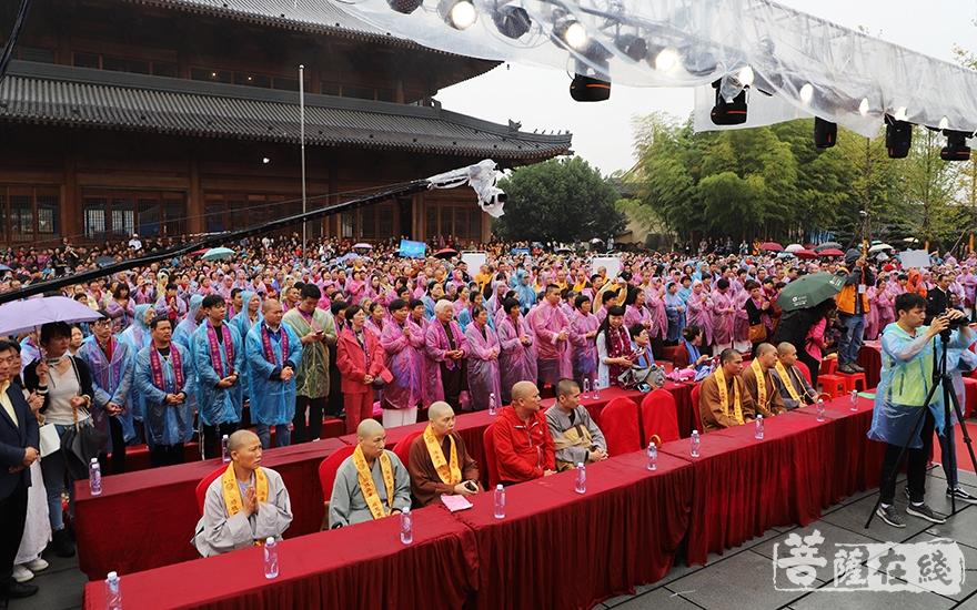 来自全国各地的广大居士信众共襄盛会(图片来源:菩萨在线 摄影:妙言)
