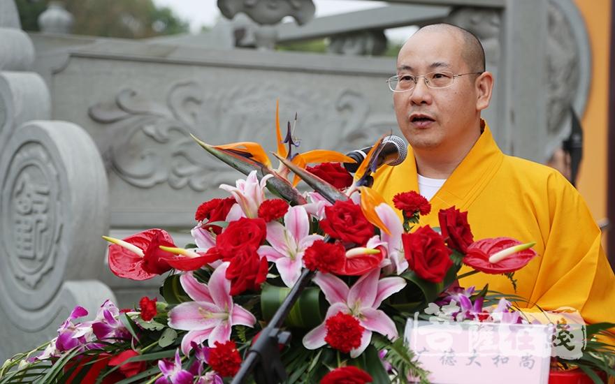 上海市佛教協會副秘書長、東林寺方丈廣德大和尚主持慶典(圖片來源:菩薩在線 攝影:果仁)