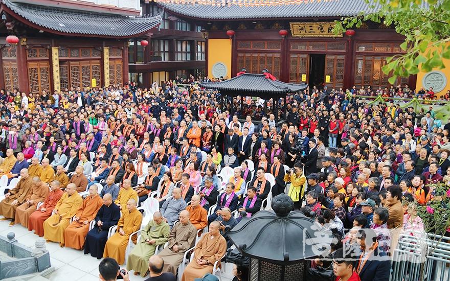 四眾弟子以及來自社會各界近千人參加此次盛會(圖片來源:菩薩在線 攝影:妙月)