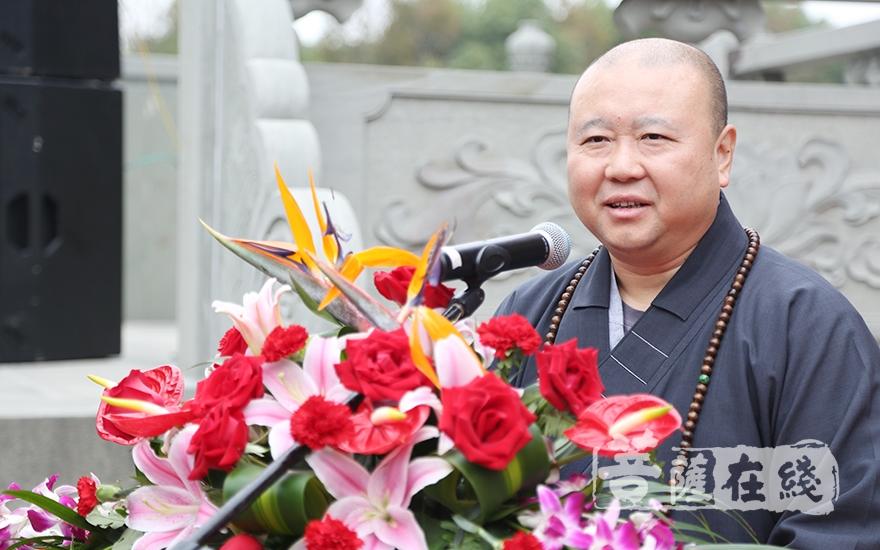 中國佛教協會副會長、上海玉佛禪寺方丈覺醒大和尚對此次活動的舉辦表示祝賀(圖片來源:菩薩在線 攝影:妙月)