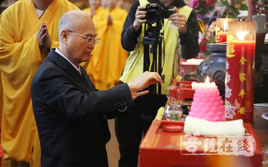嘉賓代表李茂盛拈香(圖片來源:菩薩在線 攝影:妙月)