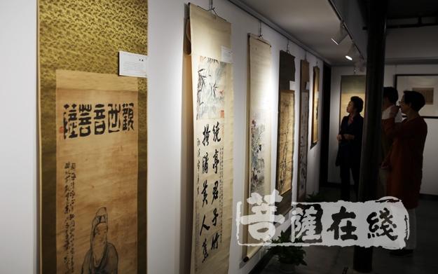 參觀書畫展覽(圖片來源:菩薩在線 攝影:妙言)