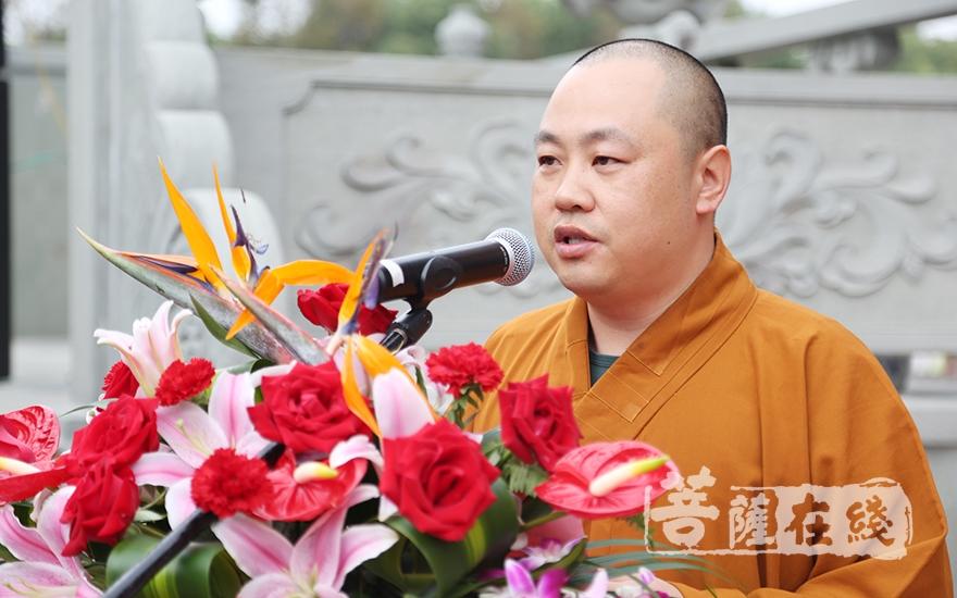 上海歡娛寺監院了如法師介紹寺院重建的緣起(圖片來源:菩薩在線 攝影:果仁)