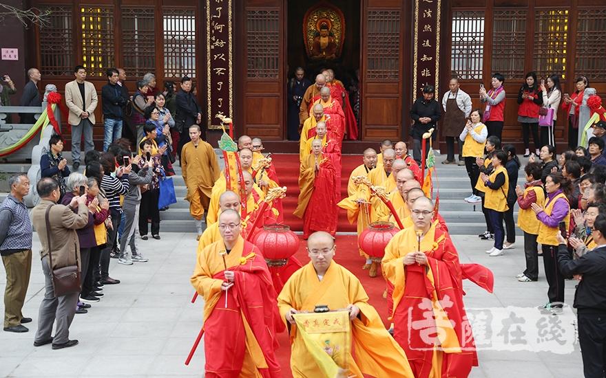 迎請儀式(圖片來源:菩薩在線 攝影:妙月)