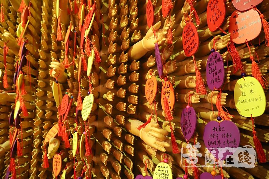广善法师发慈悲心,为未能出席庆典的信众挂上祈福卡(图片来源:菩萨在线 摄影:妙澄)