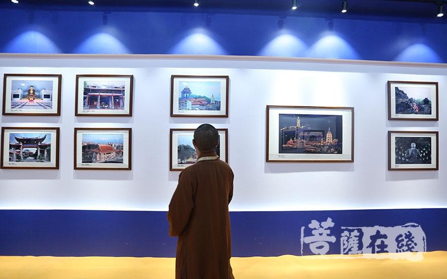 """參觀""""一帶一路""""佛教文化圖片展(圖片來源:菩薩在線 攝影:妙雨)"""
