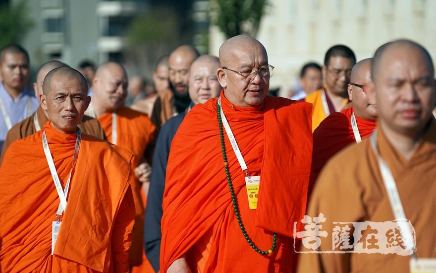 帕松列龍莊勐長老等步入會場(圖片來源:菩薩在線 攝影:妙梵)