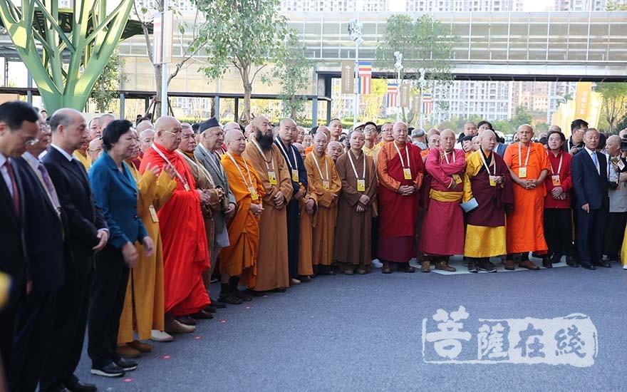 出席第五屆世界佛教論壇圖片藝術展揭幕儀式的大德法師(圖片來源:菩薩在線 攝影:妙雨)