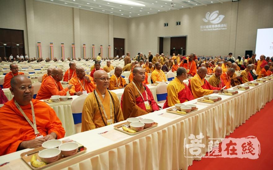 供養出席論壇的千余位中外三大語系的大德僧眾(圖片來源:菩薩在線 攝影:妙雨)