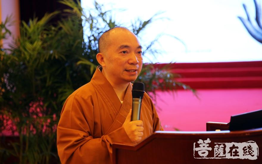 慧覺法師主持開幕式(圖片來源:菩薩在線 攝影:妙月)