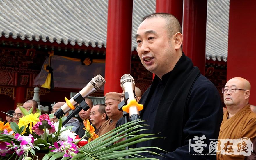 遼寧省佛教協會常務副會長兼秘書長王博勤主持追思會(圖片來源:菩薩在線 攝影:妙靜)