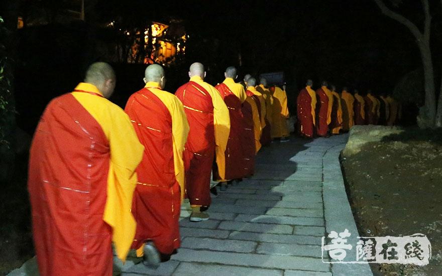 绕寺洒净(图片来源:菩萨在线 摄影:妙澄)
