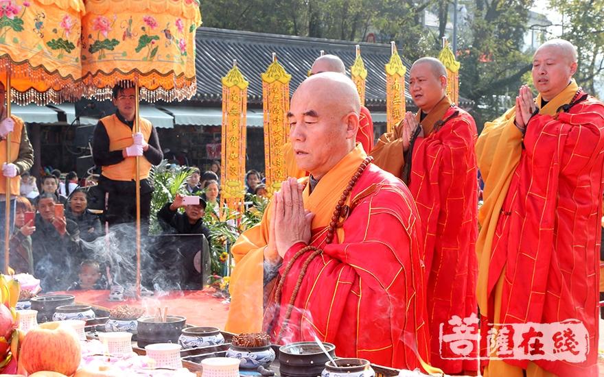 安徽省佛教协会副会长慧庆法师拈香(图片来源:菩萨在线 摄影:妙静)