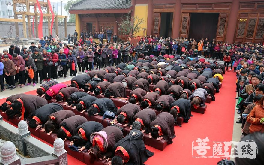 虔诚跪拜(图片来源:菩萨在线 摄影:妙雨)