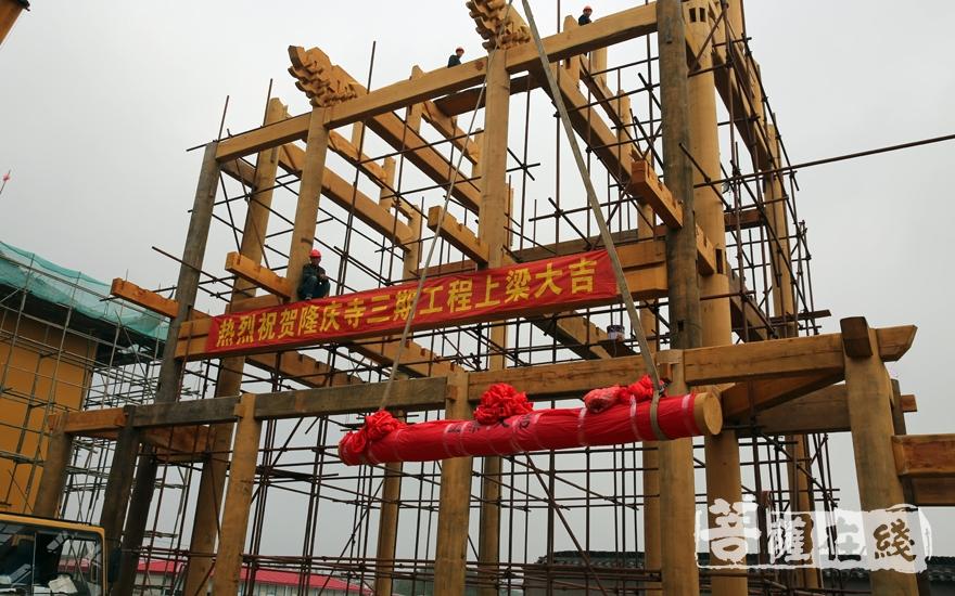 上梁(图片来源:菩萨在线 摄影:妙雨)