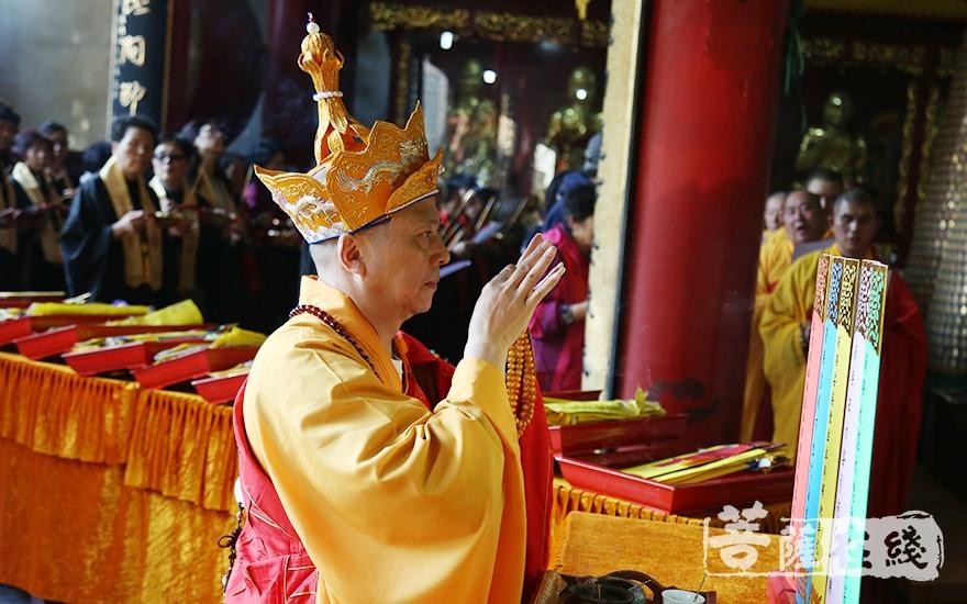 圣怀法师拈香(图片来源:菩萨在线 摄影:妙澄)