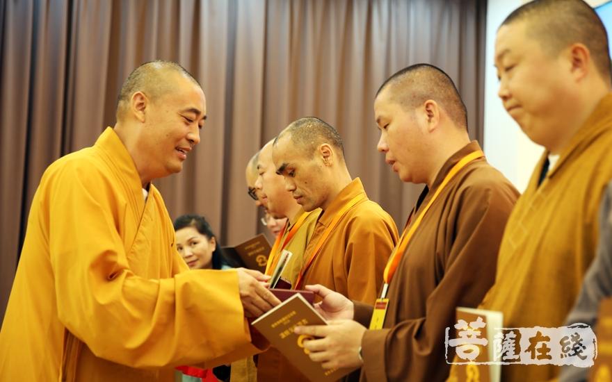 觉悟大和尚为获得优秀奖法师颁奖(图片来源:菩萨在线 摄影:妙雨)