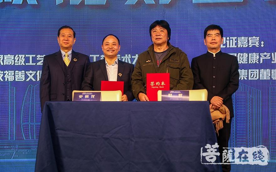 史腾龙代表宁波福善文化发展有限公司与中国美术家协会会员、国家高级工艺美术师赵敏签订授权雕刻协议(图片来源:菩萨在线 摄影:果仁)