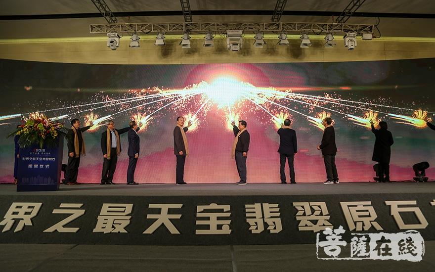 相关领导嘉宾共同见证原石揭幕仪式(图片来源:菩萨在线 摄影:果仁)