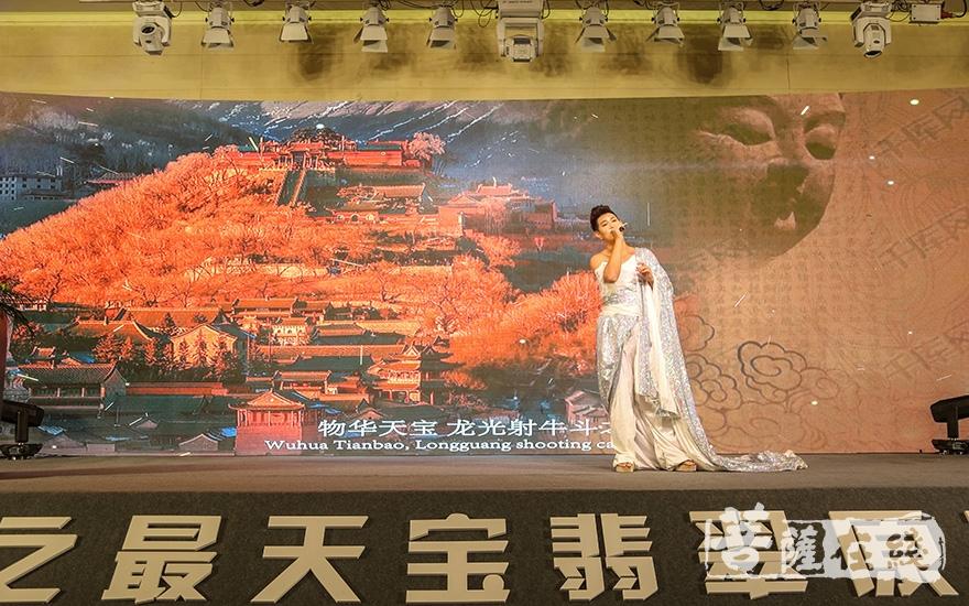 天籁之音王子、善音歌者桑吉平措带来歌曲表演《天宝化佛》(图片来源:菩萨在线 摄影:果仁)