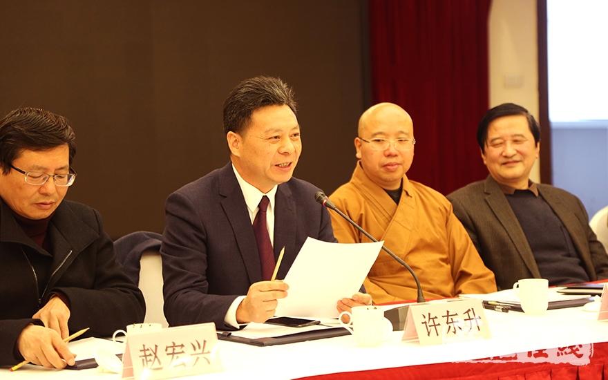 宁国市政协副主席许东升主持会议(图片来源:菩萨在线 摄影:妙澄)