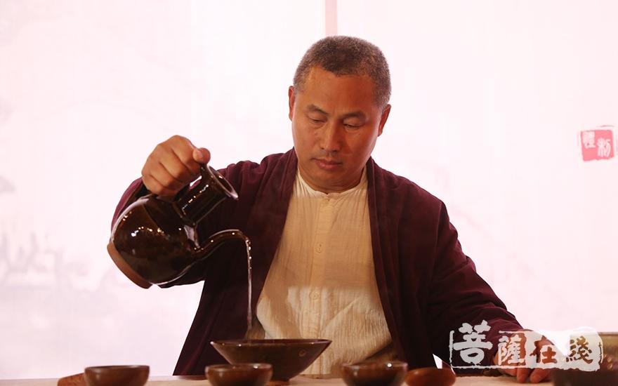 启茶(图片来源:菩萨在线 摄影:妙澄)