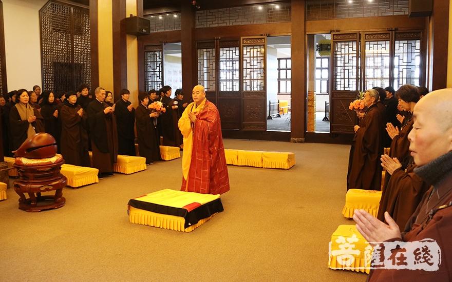 道元法师慈悲应请至念佛堂(图片来源:菩萨在线 摄影:妙月)