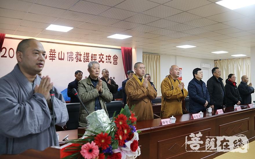 唱三宝歌(图片来源:菩萨在线 摄影:妙月)