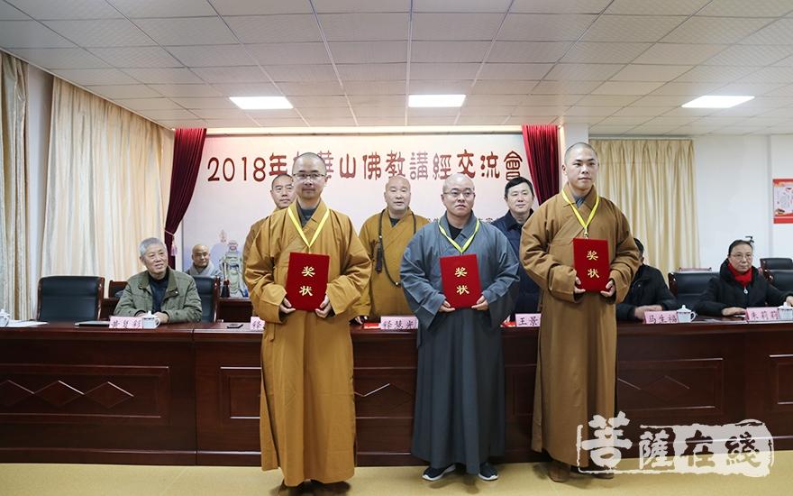 获得二等奖的法师(图片来源:菩萨在线 摄影:妙月)