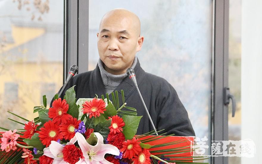 果卓法师宣读获奖名单(图片来源:菩萨在线 摄影:妙月)
