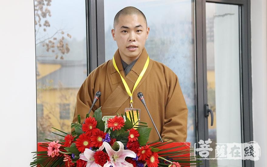 同愿法师代表讲经法师致辞(图片来源:菩萨在线 摄影:妙月)