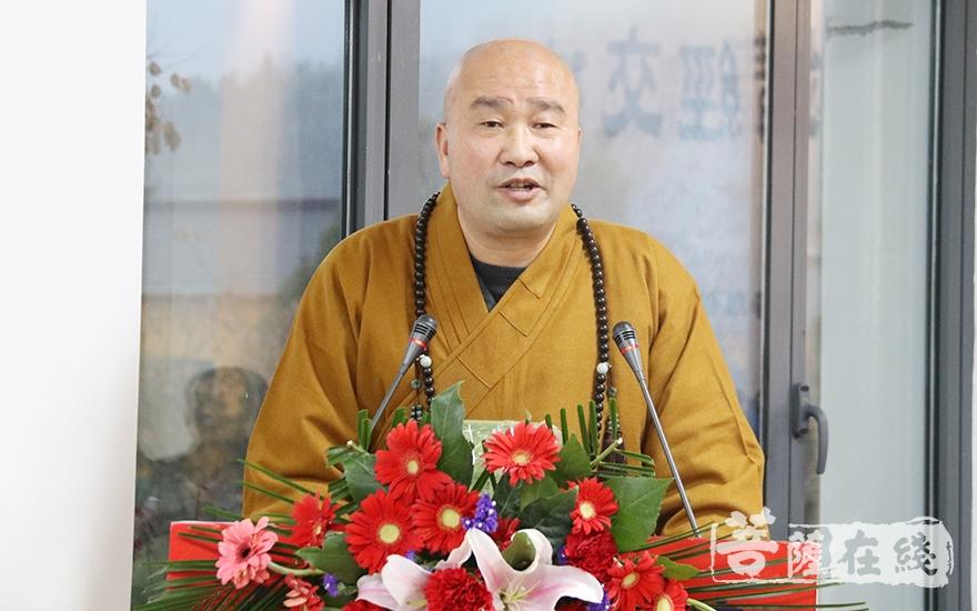 慧光法师表示讲经法师妙语连珠、令人赞叹(图片来源:菩萨在线 摄影:妙月)