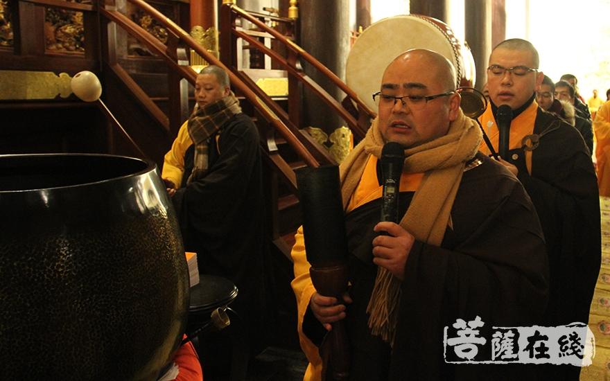 众僧齐声念诵经文(图片来源:菩萨在线 摄影:慧德)