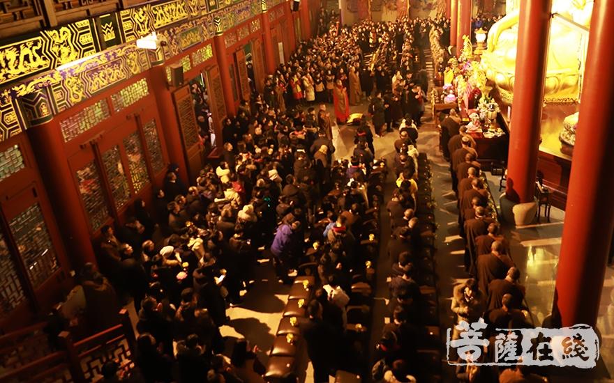 龙华寺众法师、居士欢聚一堂,共同祈福(图片来源:菩萨在线 摄影:妙言)