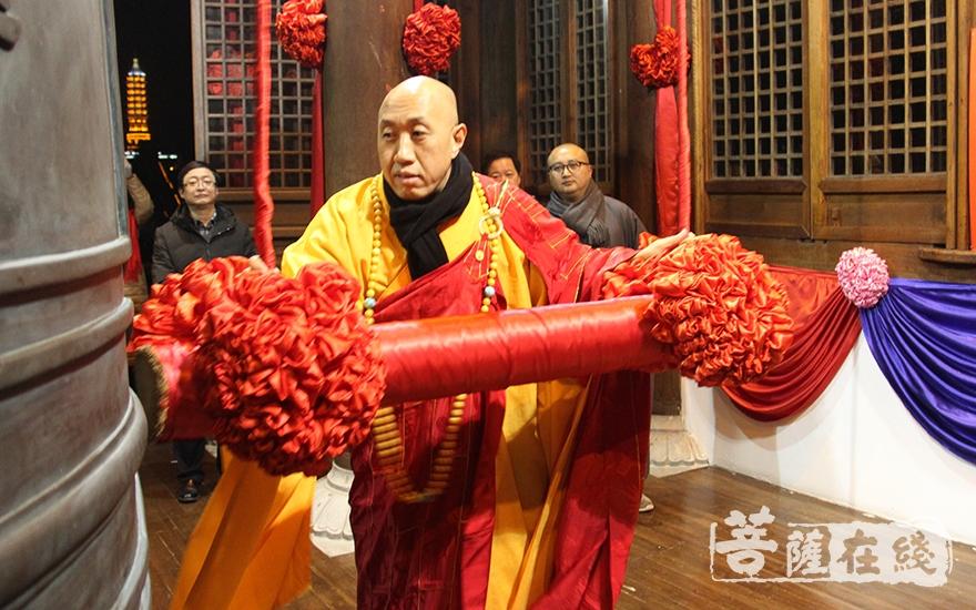怡藏大和尚撞响了新年的第一钟(图片来源:菩萨在线 摄影:慧德)
