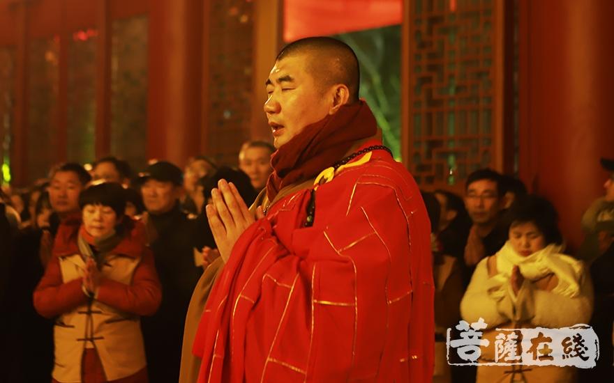 湛如法师拈香(图片来源:菩萨在线 摄影:妙言)