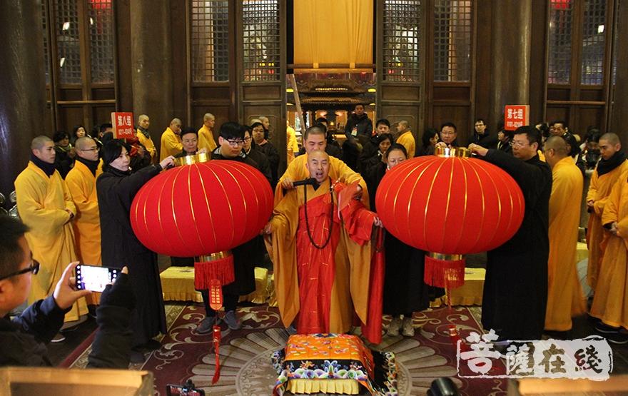 广能法师宣说挂灯法语(图片来源:菩萨在线 摄影:慧德)