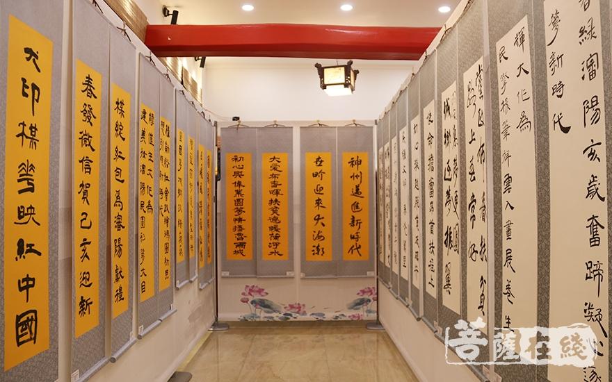 展示了寺院的法师与众多沈城书法名家一同创作的春联作品(图片来源:菩萨在线 摄影:妙月)