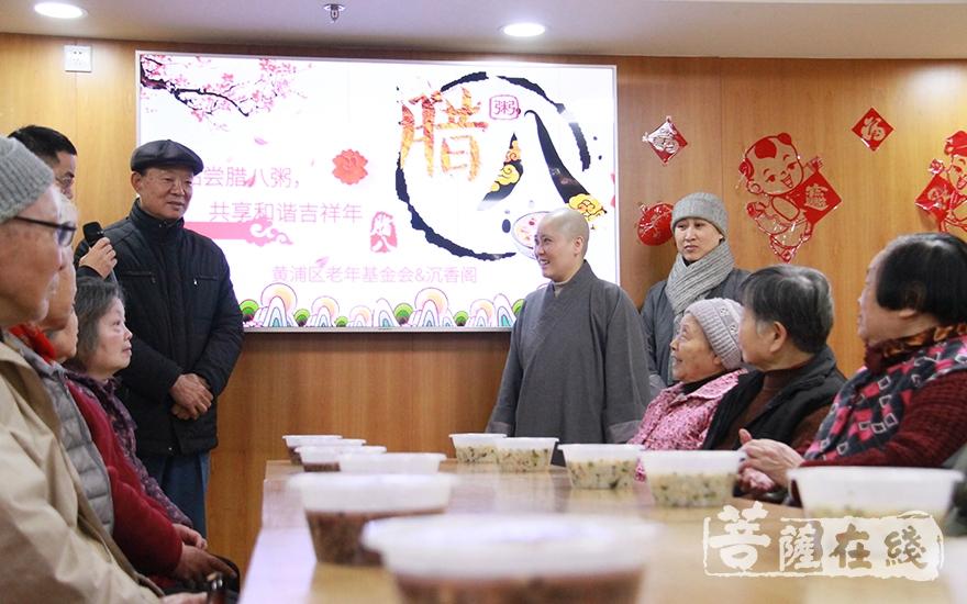 沉香阁道慧法师代表定慧法师为大家送上腊八粥(图片来源:菩萨在线 摄像:妙微)