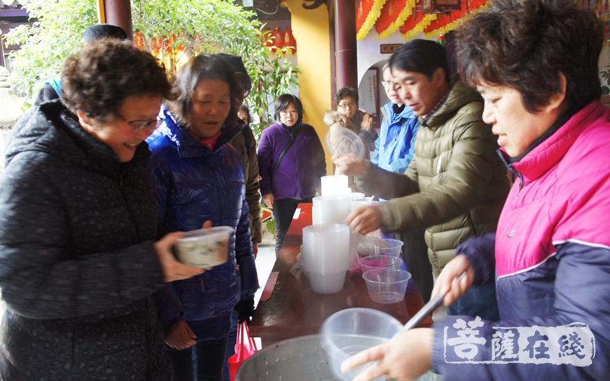 向市民免费施送寺院特制的腊八粥