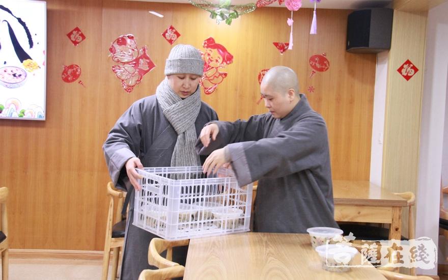 沉香阁法师们为大家摆好腊八粥(图片来源:菩萨在线 摄像:妙微)