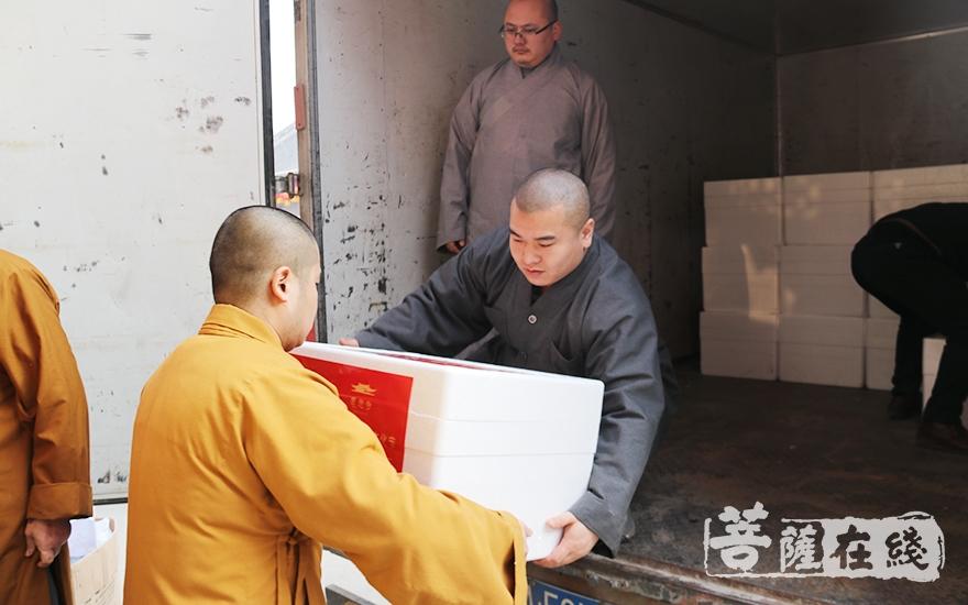 搬运腊八粥的法师们(图片来源:菩萨在线 摄影:妙月)