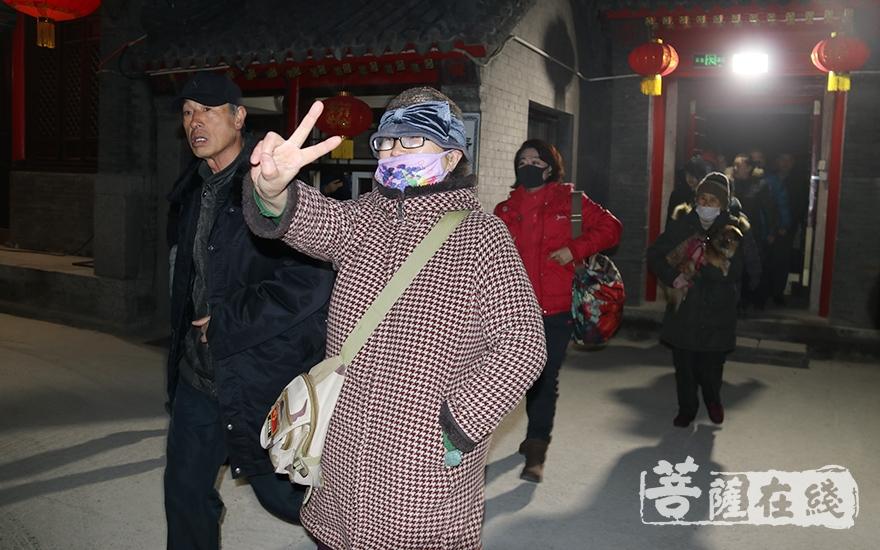 排队的市民(图片来源:菩萨在线 摄影:妙月)