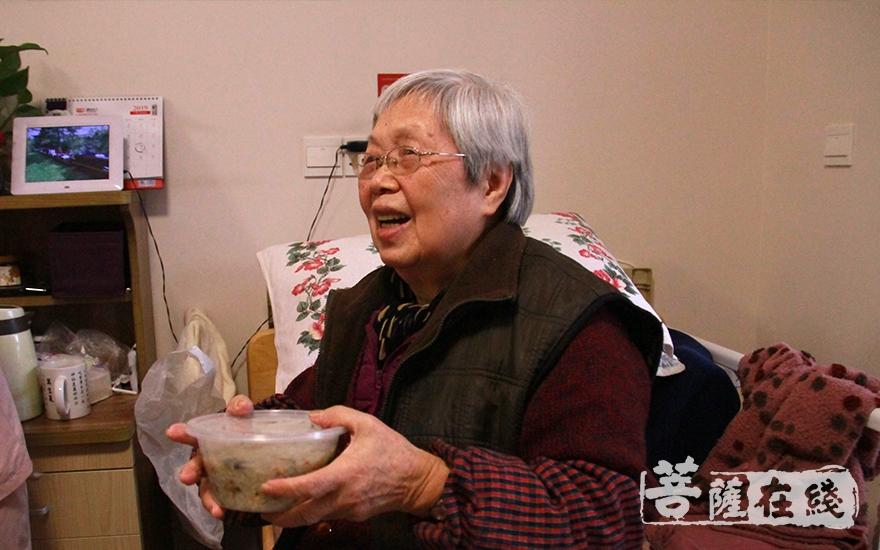 送到老人的手里,老人很开心(图片来源:菩萨在线 摄像:妙微)