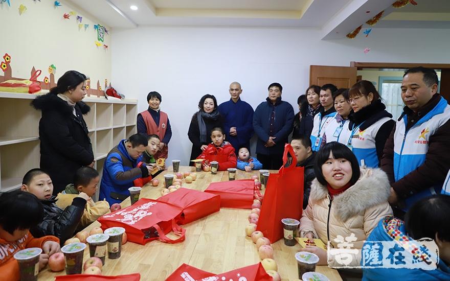 送上新春的祝福(图片来源:菩萨在线 摄影:妙澄)