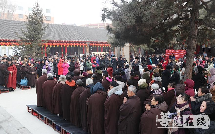上百人参加(图片来源:菩萨在线 摄影:妙月)