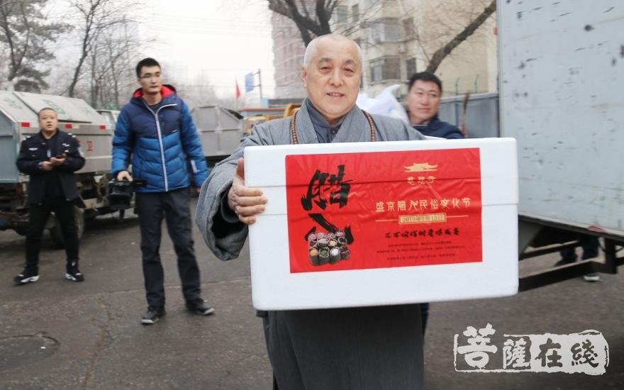 法师为环卫工人送上腊八粥(图片来源:菩萨在线 摄影:妙月)